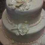 Ekrü esküvői torta