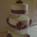 Lila árvácskás esküvői torta