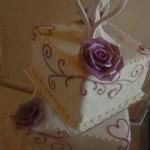 Lila rózsás esküvői torta