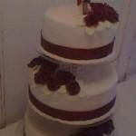 bordó rózsás esküvői torta