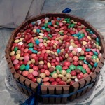 m&m és kit kat torta