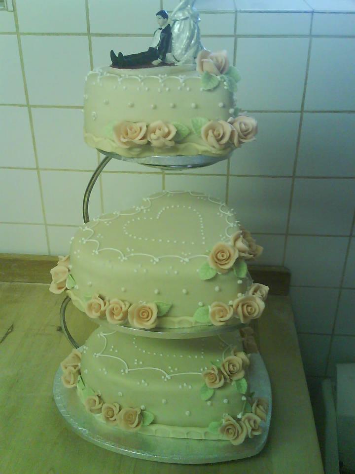 a5cbac3307 szív alakú 3 emeletes menyasszonyi torta